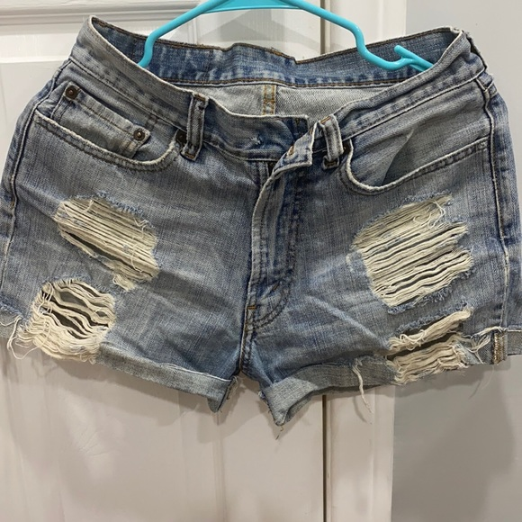 Light eased distressed Levi Jean shorts